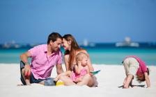 foto-van-een-gezin-met-kinderen-op-het-strand-hartje-zomer-portugal algarve