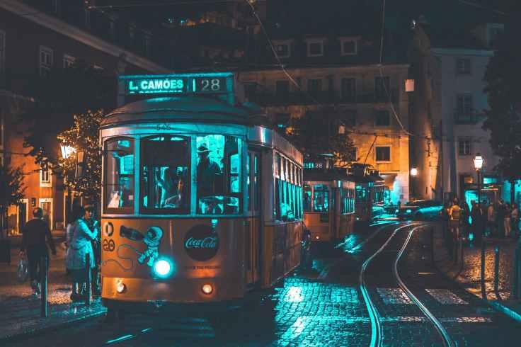 tram lissabon nacht